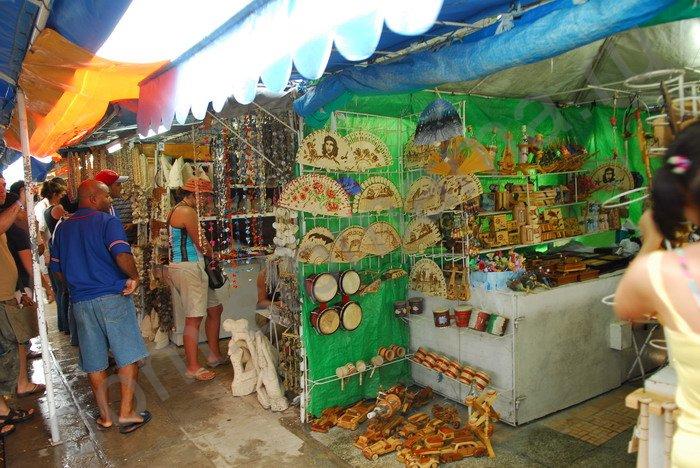 Из сувениров покупаем на рынке в Варадеро 15-16 улице: карту на коже...