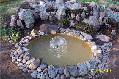 При декорировании дна пруда можно использовать речную гальку.  Или установить на дне маленький фонтан.