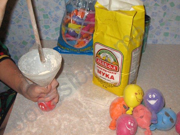 Как сделать из муки и шарика игрушку