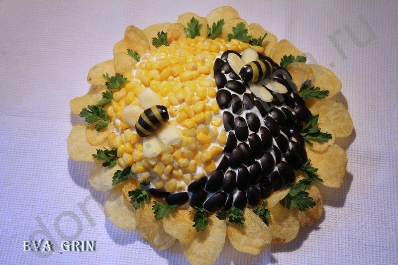 Салат украшенный чипсами с фото
