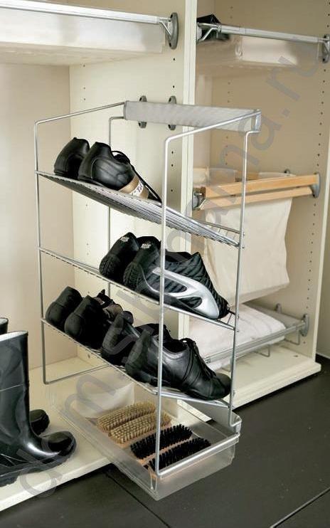Полки можно расположить также в шкафу-купе, если он расположен при входе и их удобно будет.