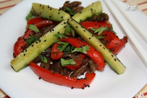 Салат теплый с мясом и огурцом