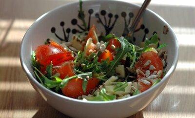 Витаминные салаты со свежей зеленью